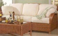 ratanowa sofa w pokoju