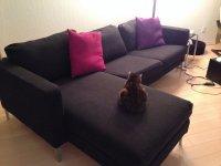 Ciemna stylowa sofa