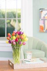 wazon z tulipanami